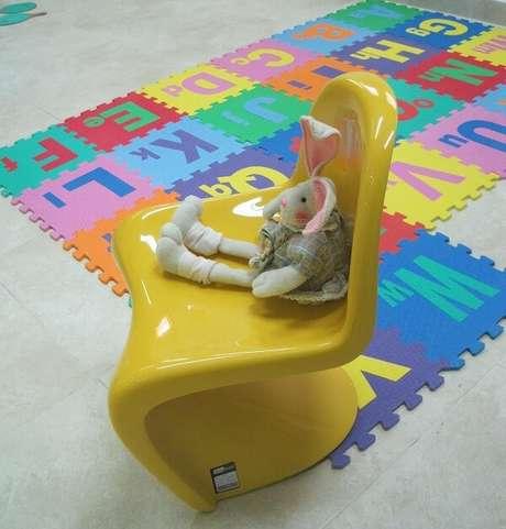 20. Cadeira amarela Panton brilhante. Projeto por Lu Pinheiro