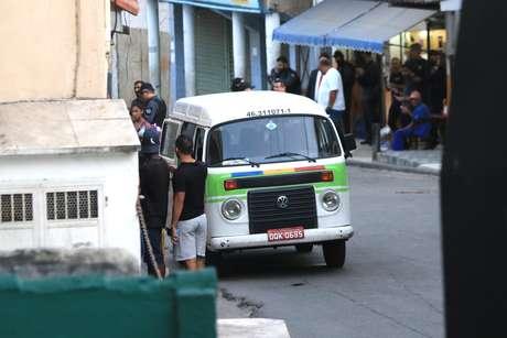 Policiais da Delegacia de Homicídios da Capital realizam a reconstituição da morte da menina Ágatha Félix.