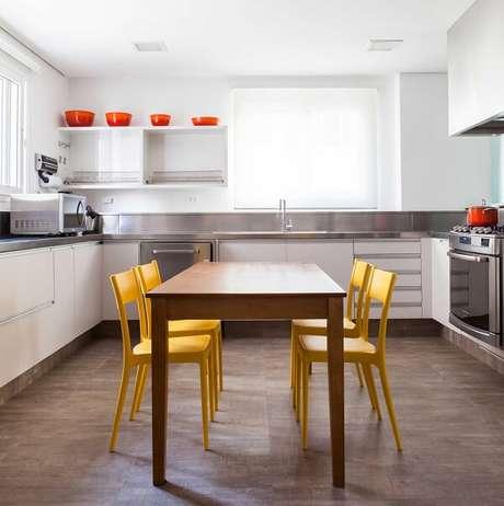 8. Decoração clean com cadeira amarela para cozinha. Projeto por Olegário de Sá & Gilberto Cioni