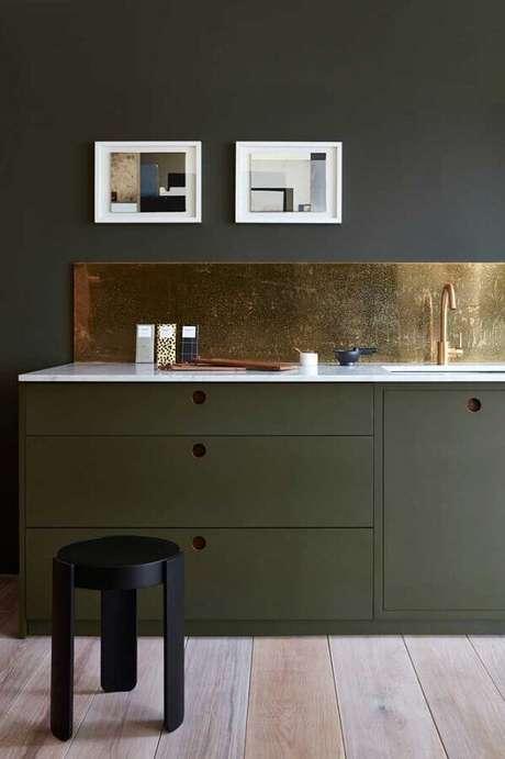 18. Cozinha decorada com armário verde escuro e acabamento em cobre – Foto: Apartment Therapy