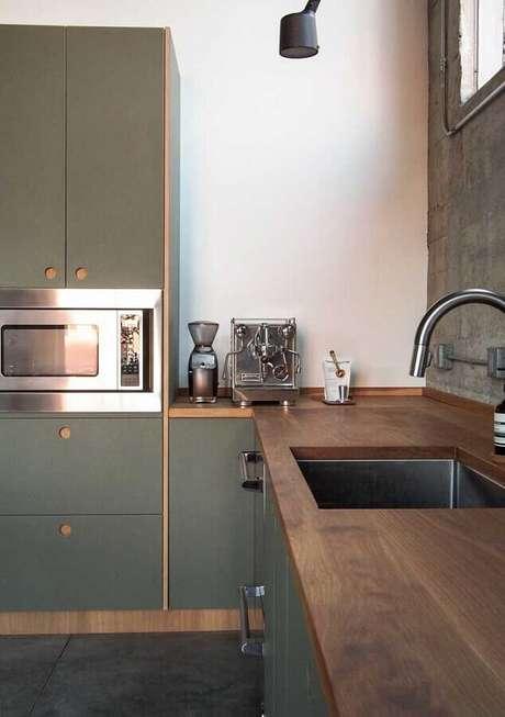 19. Decoração para cozinha planejada com armários em verde musgo e bancada de madeira – Foto: Pinosy