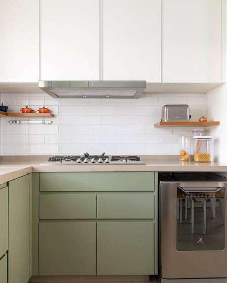 20. Decoração para cozinha planejada na cor verde musgo e branca – Foto: DT Studio