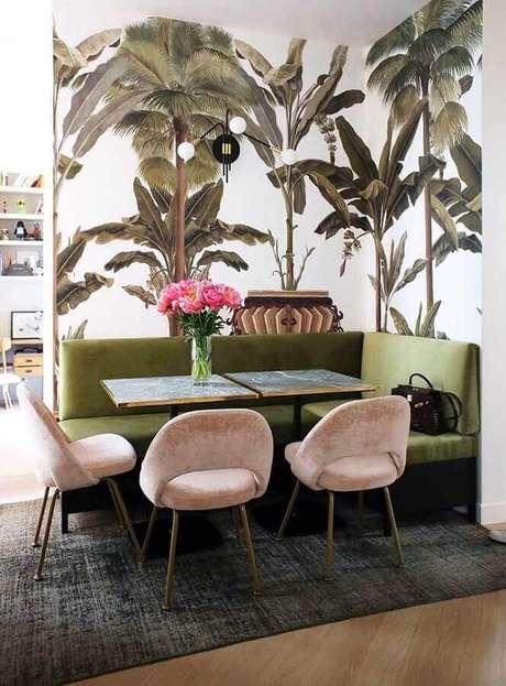 23. Decoração com canto alemão verde musgo, cadeiras rosa e papel de parede de folhagens – Foto: Maurício Gebara Arquitetura