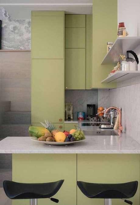 24. Cozinha moderna planejada com móveis verde musgo e bancada cinza – Foto: Ideias Decor