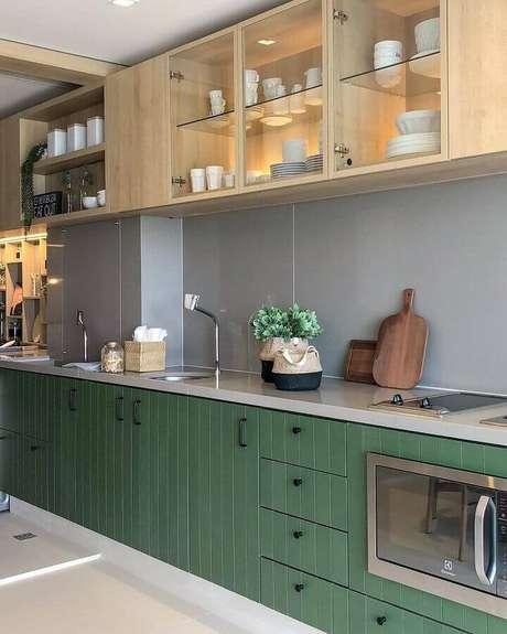 25. Decoração para cozinha planejada em verde musgo com armário aéreo de madeira – Foto: Carol Miluzzi