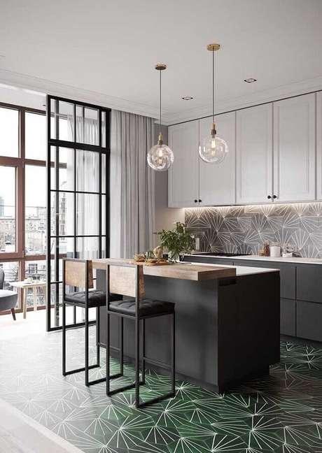 26. Cozinha com ilha decorada com pendente de vidro e piso verde musgo – Foto: CocoChic