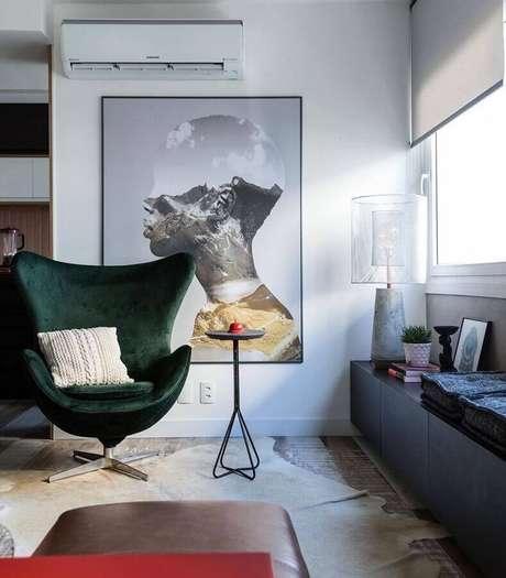 28. Decoração moderna para sala com poltrona verde musgo e quadro grande – Foto: Arquitetando Ideias