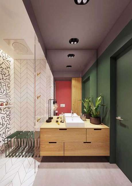 30. Parede verde musgo para banheiro moderno com gabinete de madeira – Foto: iFuun