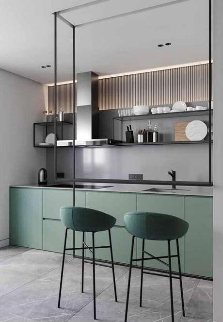 31. Decoração para cozinha moderna planejada na cor verde musgo e cinza – Foto: Ideias Decor