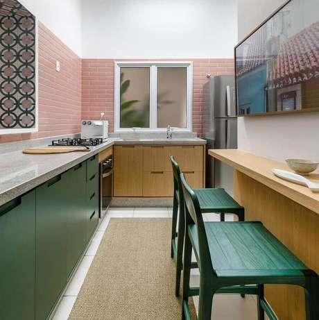 33. A cozinha pequena também pode receber tons de verde musgo na decoração e para completar um toque de rosa para deixá-la mais delicada – Foto: Andrea Murão
