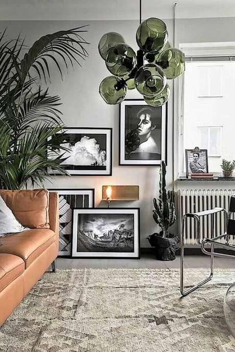 36. Invista em detalhes na cor verde musgo para a decoração da sua sala de estar – Foto: HomeDeco