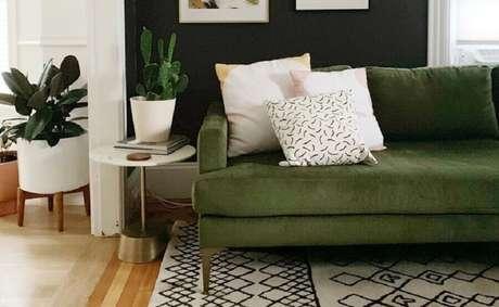 37. Decoração para sala de estar com tapete estampado e sofá verde musgo – Foto: Cassie Johs