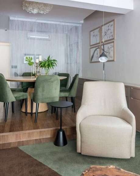 38. Sala de estar com jantar integrada decorada com cadeiras e tapete verde musgo – Foto: Mis Arquitetura