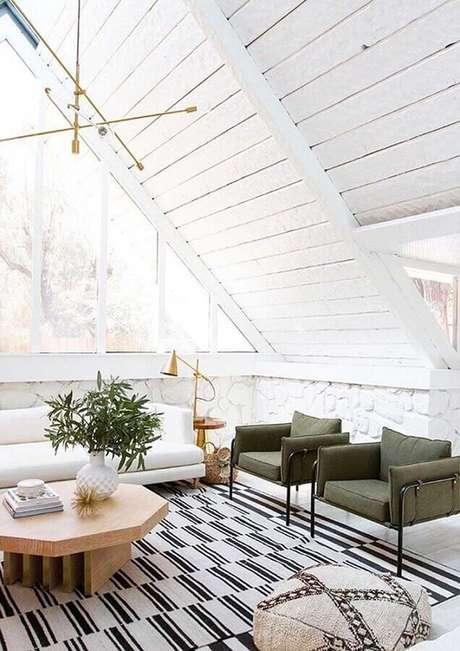 39. Sala toda branca decorada com tapete listrado, sofá branco e poltronas na cor verde musgo – Foto: Apartment Therapy