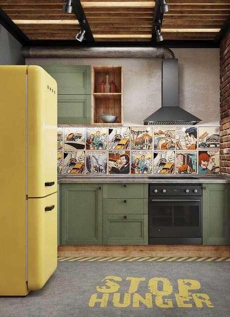 40. Cozinha simples decorada com armário verde musgo e geladeira amarela retrô – Foto: Pinterest