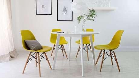 3. Sala de jantar com mesa branca e cadeira Eiffel amarela. Fonte: Pinterest