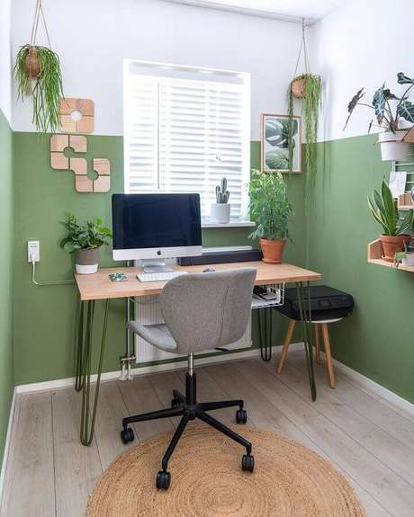 41. Home office simples decorado com tinta verde musgo na parede – Foto: Kelly