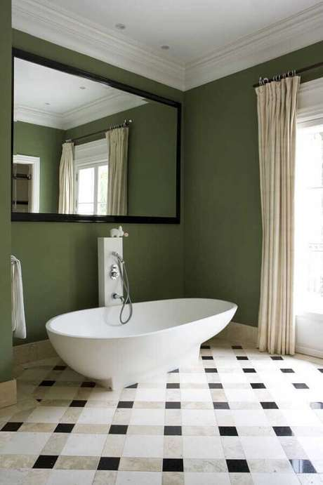 43. Banheiro com parede verde musgo e banheira pequena – Foto: Archilovers