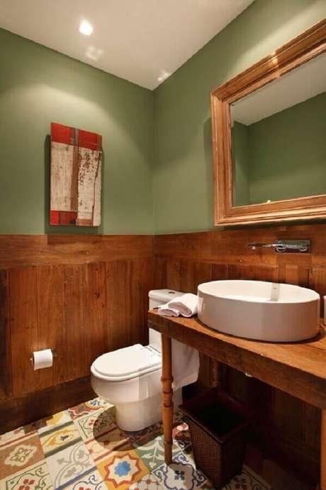 44. Tinta verde musgo para decoração de banheiro com revestimento de madeira e cuba branca – Foto: Revest Acabamentos
