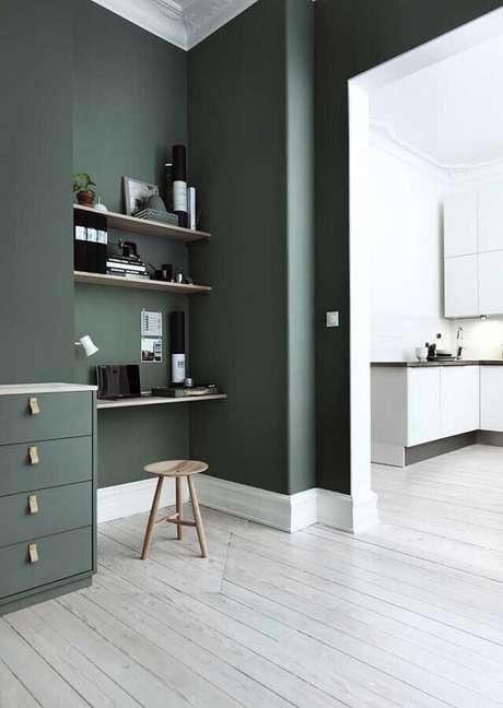 46. Decoração para home office moderno com tinta verde musgo para parede – Foto: The Home Issue