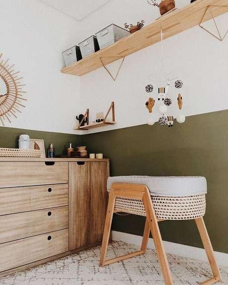 47. Decoração para quarto de bebê simples com móveis de madeira e parede verde musgo – Foto: Paloma Christiansen