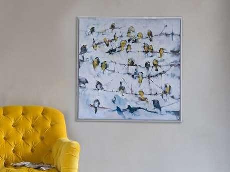 28. Quadro decorativo e cadeira amarela feita em capitonê. Fonte: Revista Viva Decora