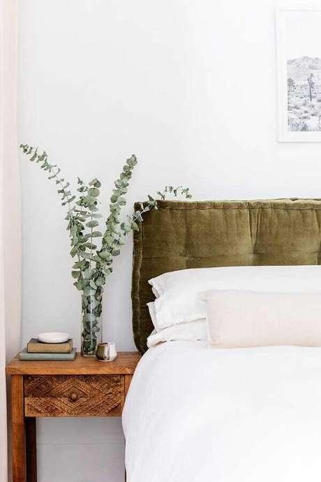 8. Quarto decorado com cabeceira verde musgo e criado mudo de madeira rústica – Foto: The Home Issue
