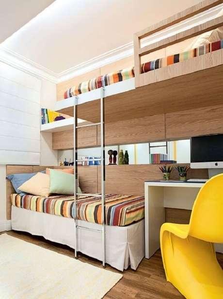 31. Quarto com cadeira amarela e colcha com listras. Fonte: Revista Viva Decora
