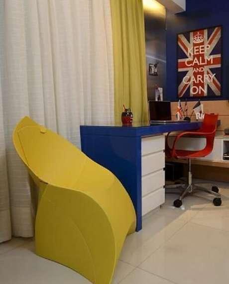 35. Quarto de solteiro com cadeira amarela com design criativo. Projeto por Rodrigo Maia