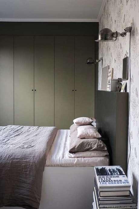 49. Quarto de casal decorado com guarda roupa planejado verde musgo – Foto: Apartment Therapy