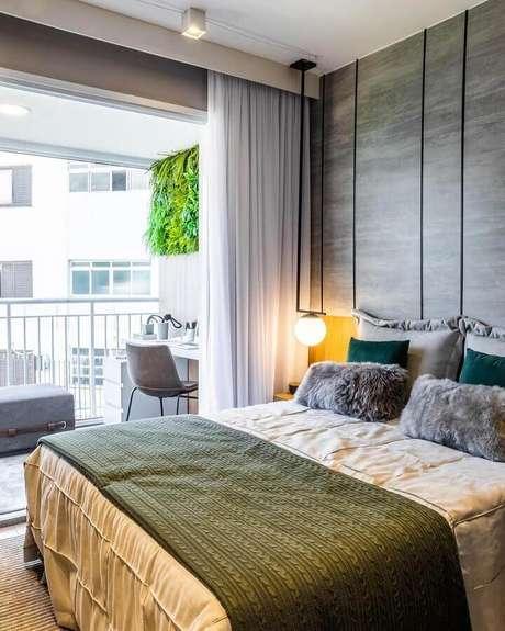 9. Aqui o quarto de casal moderno decorado em cores neutras ganhou uma roupa de cama na cor verde musgo – Foto: Claudia Albertini Arquitetura