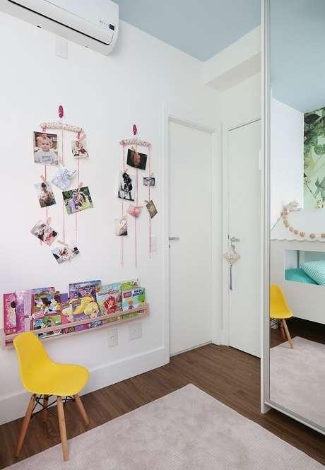 36. Quarto infantil com guarda roupa espelhado e cadeira amarela. Projeto por BY Arq&Design