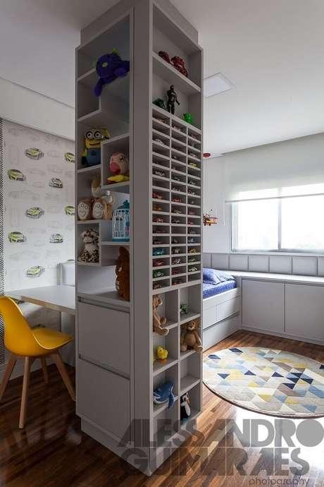 37. Quarto infantil com tapete colorido e cadeira amarela. Projeto por Liane Martins