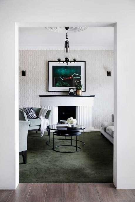 53. Sala branca com lareira decorada com tapete verde musgo – Foto: Pinosy