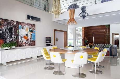 40. Sala de jantar ampla com cadeira amarela estofada. Projeto por Olegário de Sá & Gilberto Cioni