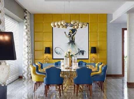 49. Sala de jantar com decoração mesclada entre os tons de amarelo e azul. Fonte: Pinterest