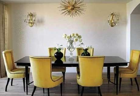 50. Sala de jantar com mesa preta e cadeira amarela. Fonte: Pinterest