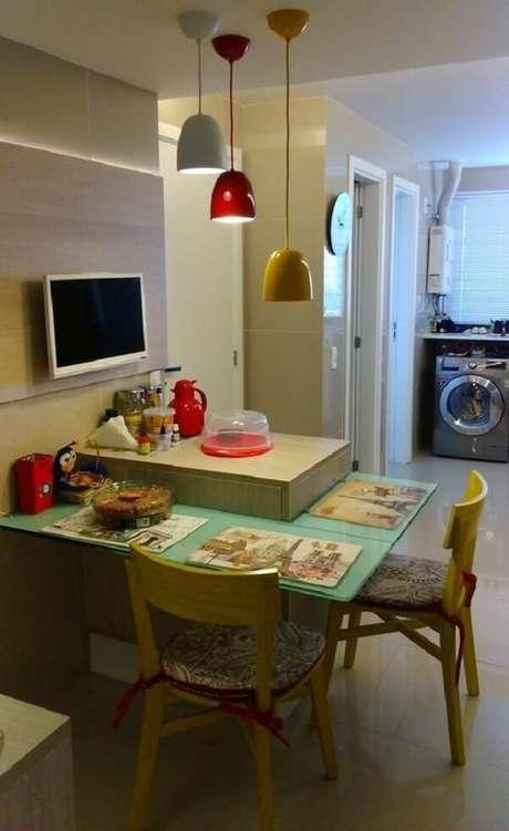 41. Sala de jantar compacta com cadeira amarela de madeira. Projeto por Caroline Guerra