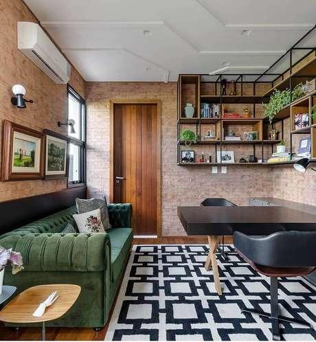 55. Sala de jantar decorada com parede de tijolinho e sofá verde musgo – Foto: Pinterest