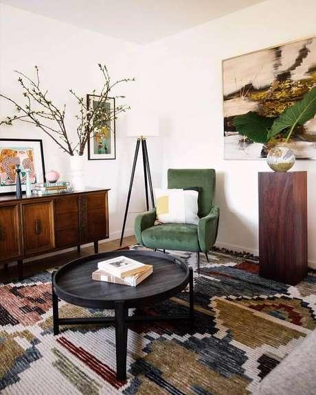 56. Decoração para sala com tapete estampado e poltrona verde musgo – Foto: Dabito