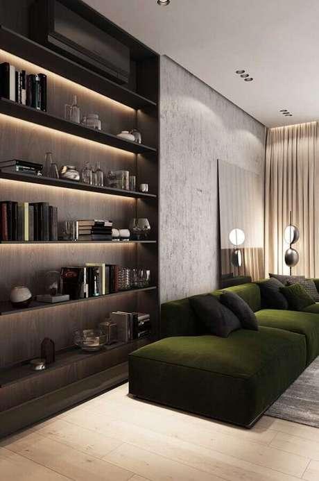 5. Decoração moderna para sala com sofá verde musgo e estante planejada com iluminação embutida – Foto: Behance
