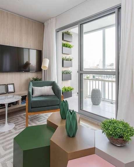 58. Sala de jantar decorada com painel de madeira e poltrona verde musgo – Foto: Sesso e Dalanezi Arquitetura