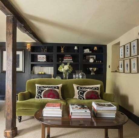 59. Sofá verde musgo para sala com mesa de centro de madeira – Foto: Interiors of Lytham