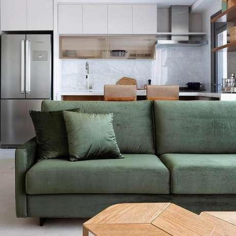 60. Sofá verde musgo para sala integrada com cozinha moderna – Foto: Doma Arquitetura