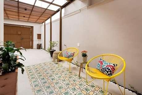 43. Terraço com estrutura de madeira e cadeira amarela. Projeto por Juliana Conforto