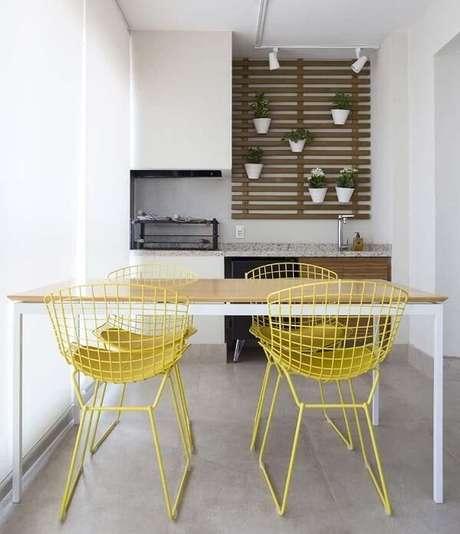 44. Varanda com cadeira amarela de aço. Projeto por Juliana Perissionotto