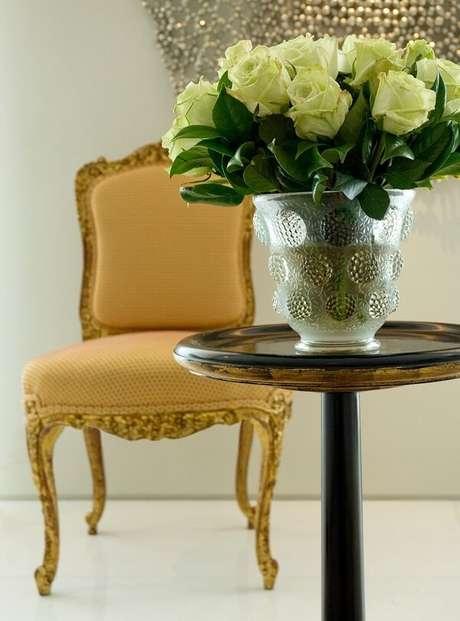 47. Vasos de flores e cadeira amarela retrô estofada. Projeto por Roberto Migotto