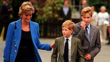 A jornalista Katie Nicholl diz que a princesa Diana foi 'frequentemente seguida' por paparazzi