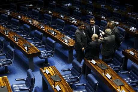 Presidente do Senado, Davi Alcolumbre, conversa com senadores durante sessão deliberativa extraordinária para votação dos destaques da reforma da Previdência