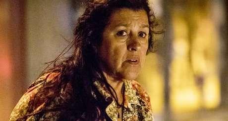 Regina Casé em cena como Lurdes, protagonista de Amor de Mãe, estreia de Manuela Dias às 9 da noite